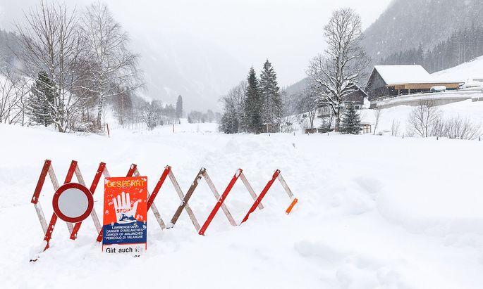 Im Bild die Sperre der Obertalstraße aufgrund von Lawinengefahr im Obertal bei Schladming,
