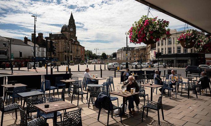 Ein Gastgarten eines Pubs in Rochdale bei Manchester.