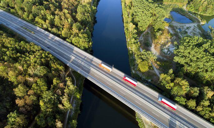 Der Lkw-Verkehr soll nach Ansicht einer Mehrheit der EU-Mitgliedstaaten auch für kleinere Transporter verteuert werden.