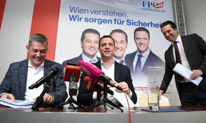 v.l.: Gesundheitssprecher Wolfgang Seidl (FPÖ), FPÖ-Klubobmann Johann Gudenus und FPÖ-Vizebürgermeister Dominik Nepp.