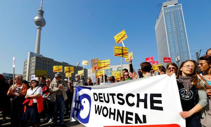 Vor der Hauptversammlung protestierten Demonstranten gegen die Geschäfte des Unternehmens Deutsche Wohnen