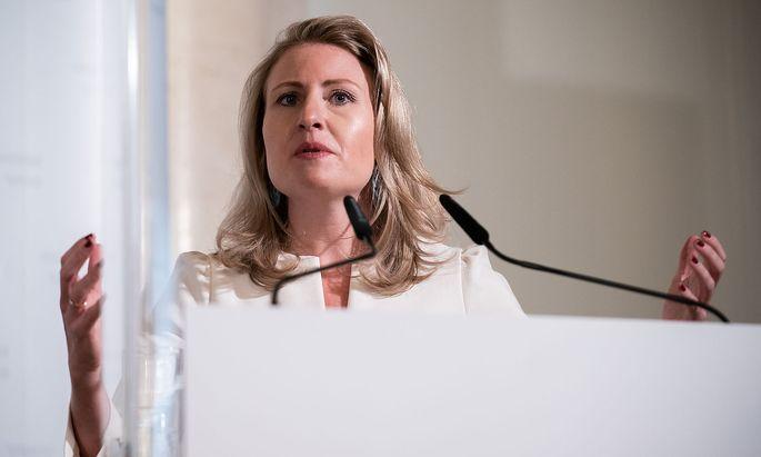 Frauenministerin Susanne Raab (ÖVP) am Montag während einer Pressekonferenz zum Thema Gewalt gegen Frauen.