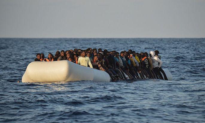 Flüchtlinge auf einem überfüllten Schlauchboot.