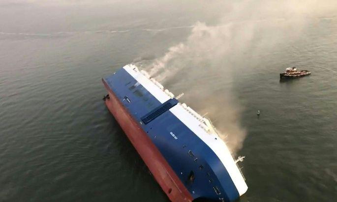 """Die """"Golden Ray"""" war nahe dem Hafen der Stadt Brunswick in Schieflage geraten und gekentert"""