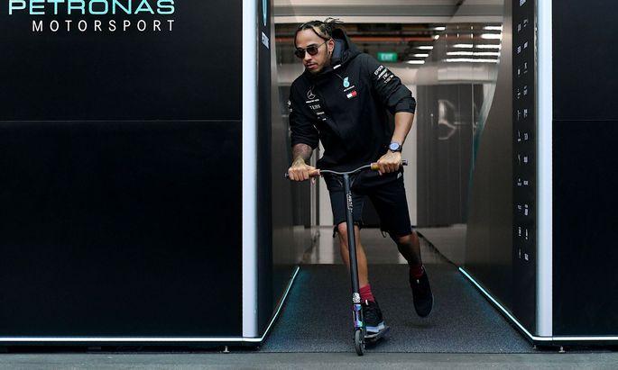 Formel-1-Star Lewis Hamilton will immer gewinnen, ob im Rennauto oder mit dem Tretroller. Er fährt immer als Erster aus der Box.