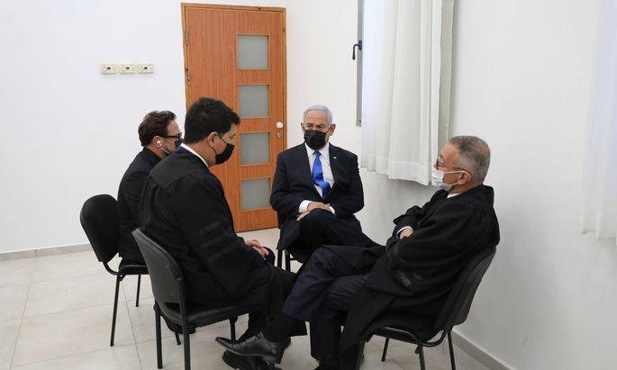 Benjamin Netanyahu mit seinen Anwälten.