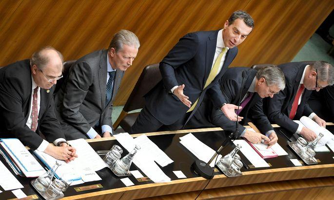 Bundeskanzler Christian Kern und Vize Reinhold Mitterlehner präsentierten im Nationalrat das Programm, auf das sich die Regierung nach fünf Tagen Verhandlungen geeinigt hatte. Die Opposition blieb aber skeptisch.