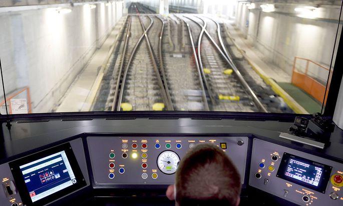 Noch gibt es einen Fahrer - doch auf der U5 soll der X-Wagen ab 2026 vollautomatisch unterwegs sein.