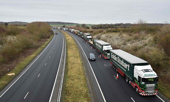 Archivbild aus Dover im Süden Englands, wo Lkw aur die Einschiffung in Richtung Frankreich warten.