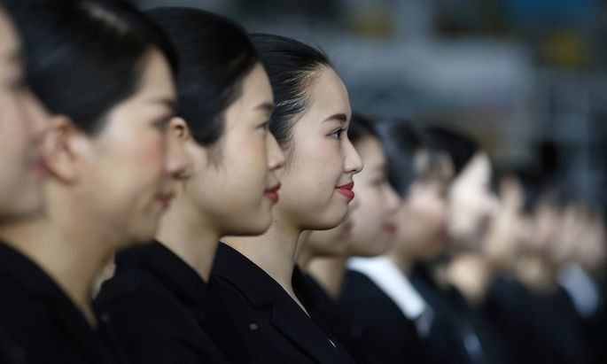 Japans Frauen kämpfen gegen die strengen Vorschriften zum Aussehen am Arbeitsplatz.