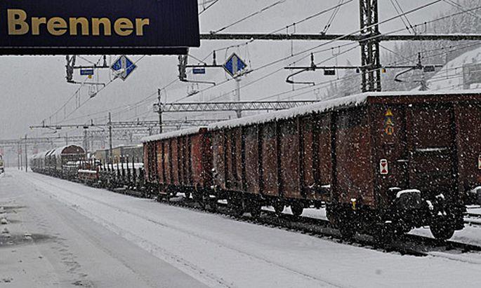 Wintereinbruch Mehrere Bahnstrecken gesperrt