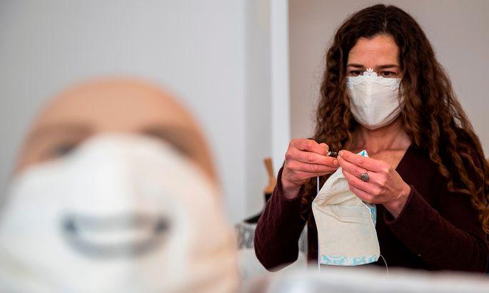 Es gibt nun doch so etwas wie einen modischen Trend, der sich bald auf den Straßen zeigen wird: Stoffmasken aus Österreich (Symbolbild).