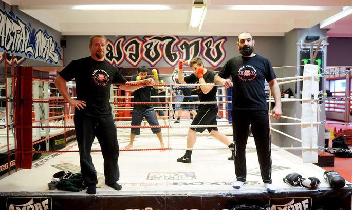 Nicolas Löckel und Branimir Radosavljevic (r.) trainieren im MMA Vienna viele Jugendliche. Auch der tschetschenische Star Mairbek Taisumov hat hier seine Basis.