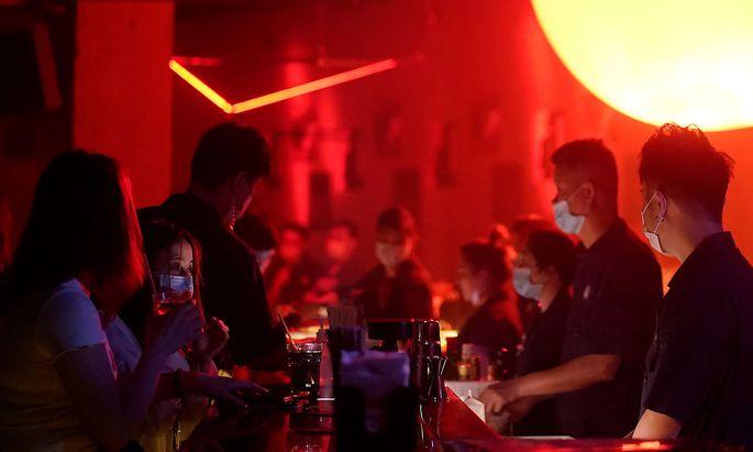 Party und Tanzen bald mit Maske? In den Nachtclubs in China und Südkorea ist das seit März Realität. Heimische Clubs bangen indes weiter um ihre Existenz.