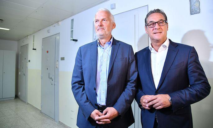 Men in blue: Seit Josef Moser (hier beim Besuch in der Justizanstalt Josefstadt im September 2018) aber politisch auf die türkise Seite gewechselt ist, findet die FPÖ rund um Heinz-Christian Strache (r.) immer mehr Grund für Kritik am Justizminister.