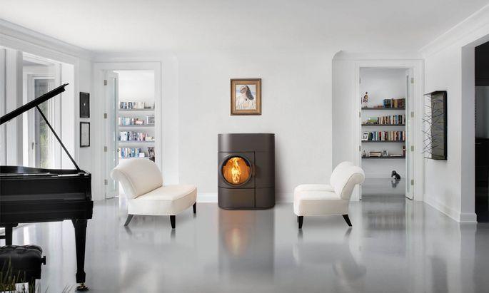 Ob schlicht-elegant im Wohnzimmer integriert (links) oder eher verspielt-bodenständig (rechts) – moderne Feuerstellen werden in vielen Variationen genutzt und genossen. Sichtfenster sind daher bei allen Öfen ein Must-have.