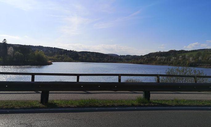 Der Wienerwaldsee, von der Straße aus gesehen