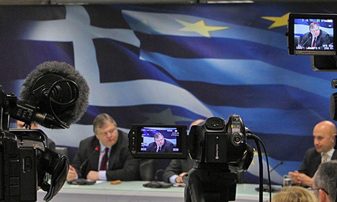 Der griechische Finanzminister Evangelos Venizelos (l.) vor den Medien.
