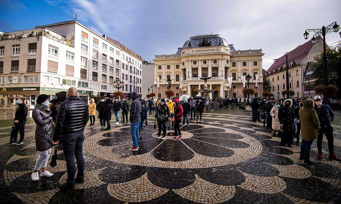Warteschlangen für Coronatests Ende Oktober in Bratislava