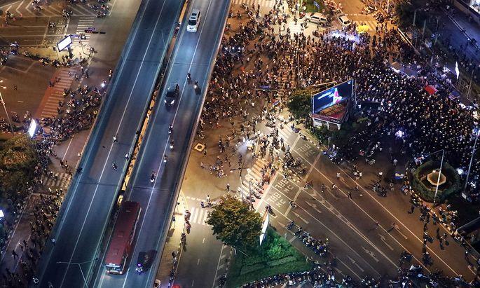 Auch vor der deutschen Botschaft in Bangkok versammelten sich Demonstranten.