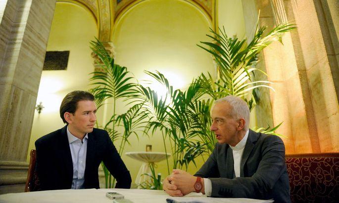 """""""Du hast in Kauf genommen, was die Bilder aus Idomeni jetzt zeigen"""": Caritas-Präsident Michael Landau (r.) spricht mit Außenminister Sebastian Kurz (ÖVP) im Café Central."""