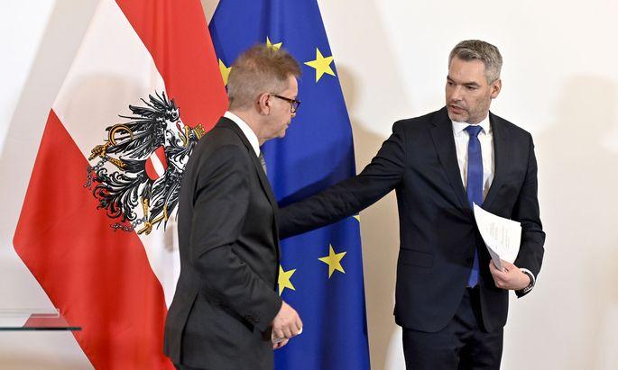 Die Minister Rudolf Anschober (links) und Karl Nehammer präsentieren nach dem Ministerrat die Pläne der Regierung.