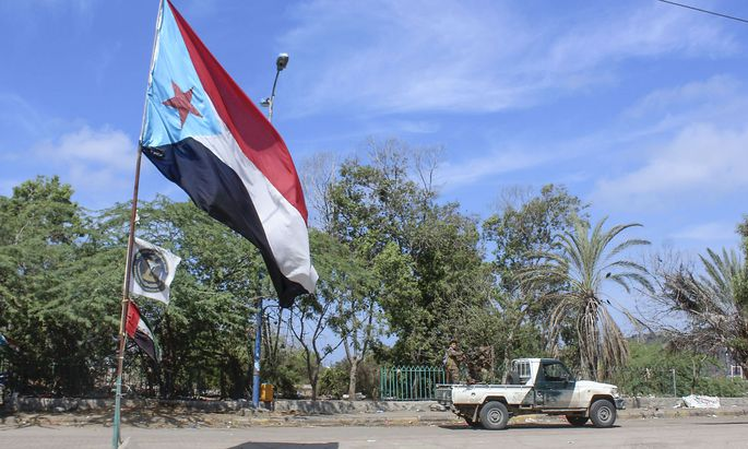 Südjemenitische Separatisten hissen ihre Flagge in Aden.