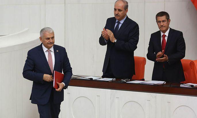 Die türkische Regierung hat mit einem Gesetzesentwurf für einen internationalen Aufschrei gesorgt. Im Bild (v.l.): Premier Binali Yildirim und seine Stellvertreter Numan Kurtulmus und Nurettin Canikli.