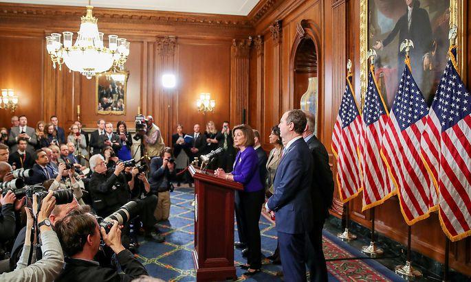 Nancy Pelosi erläutert mit ihren Kollegen die Anklage der Demokraten gegen US-Präsident Donald Trump.