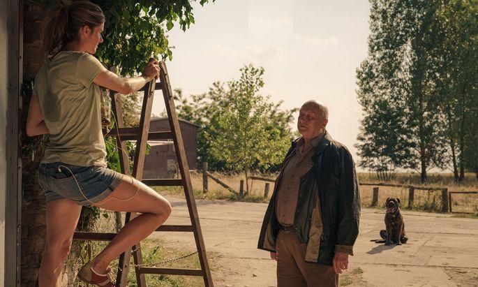 Linda Franzen (Miriam Stein) und Gombrowski (Thomas Thieme) stehen auf verschiedenen Seiten.