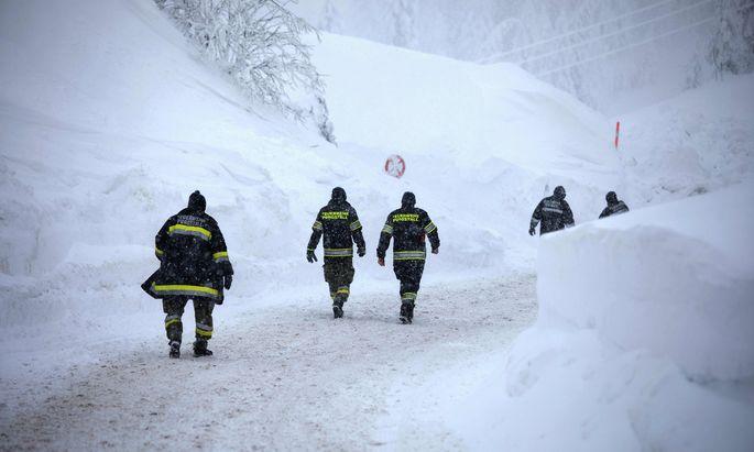 Am Hochkar sind fast 300 Feuerwehrleute und Soldaten dabei, die völlig eingeschneiten Häuser vom Schnee zu räumen.