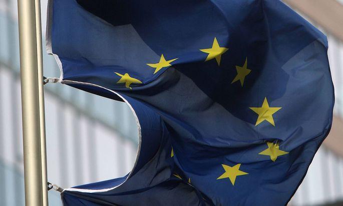 Symbolbild stuermische Zeiten in der EU Europaeische n Union: Flagge der EU weht im Herbststurm vor der EZB Europaeische n