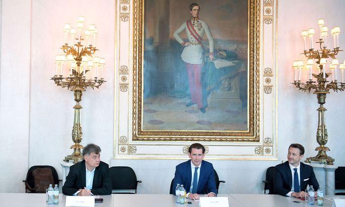 Harmonie unter dem Bild von Kaiser Franz Joseph I.: Grünen-Chef Kogler, ÖVP-Chef Kurz, Finanzminister Blümel (v. l.).