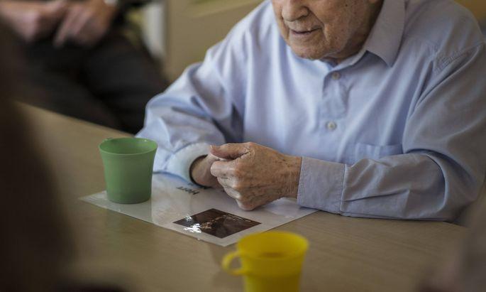 Volksanwalt Günther Kräuter will höheres Pflegegeld für niedrigere Pflegestufen, damit Betroffene eher zu Hause betreut werden können.