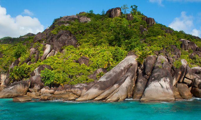 Geschliffen. Granitrücken prägen die Küsten der Trauminseln.