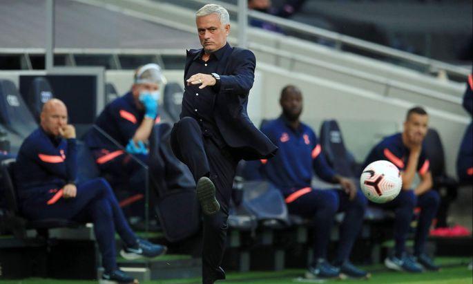 José Mourinho ist bei Tottenham am Ball. Wie der portugiesische Manager wohl am Donnerstag gegen Lask spielen lassen wird?