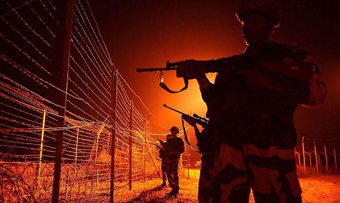 Indische Soldaten an der indisch-pakistanischen Grenze in Kashmir.