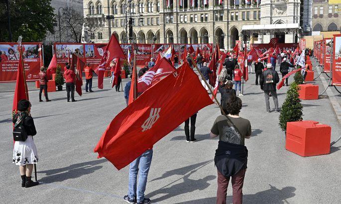 Ein Mini-Fahnenkorso mit Parteivertretern aus den Bezirken am Wiener Rathausplatz.