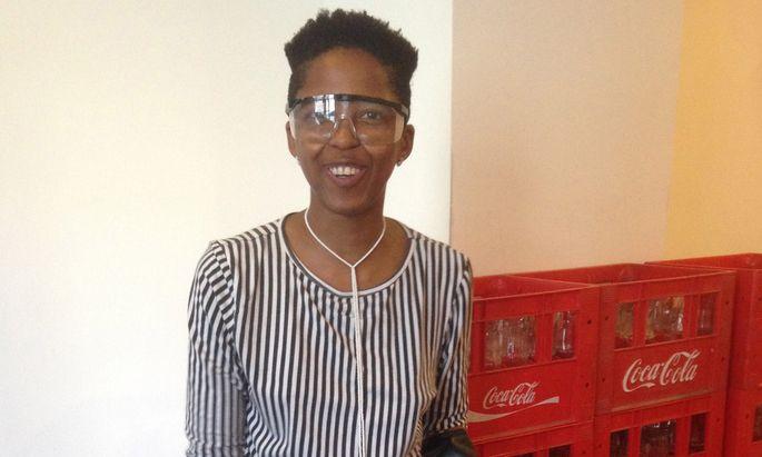 3500 Flaschen muss sie noch zertrümmern für ihre Installation: die Südafrikanerin Lungiswa Gqunta.