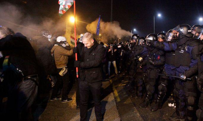 Die Polizei setzte gegen die Demonstranten vor dem Staats-TV auch Tränengas ein.