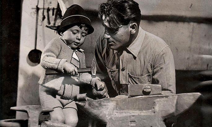 """Karlheinz Töchterle mit seinem Vater in der Schmiede. Das Bild wurde für """"Life"""", das legendäre US-Fotomagazin, gemacht, vermutlich für eine Reportage über die Nachkriegszeit in Österreich. Die Familie hat den Artikel nie zu sehen bekommen."""