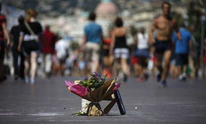 Ein Bouquet als Mahnmal erinnert an der Promenade des Anglais in Nizza an das Attentat am Nationalfeiertag 2016.