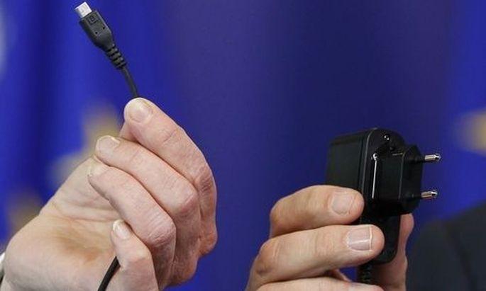 EU Commissioner Tajani and Cosgrave, Director General of DigitalEurope, display an harmonised mobile