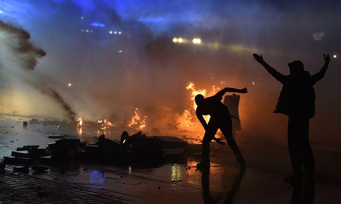 Vermummte Linksextremisten zündeten in Hamburg aus Protest gegen den G20-Gipfel Autos an und plünderten Märkte. Die Polizei hatte die Situation stundenlang nicht im Griff.