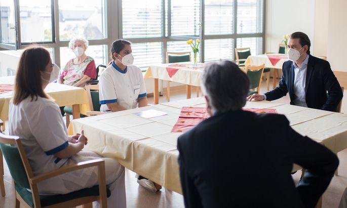 Bundeskanzler Sebastian Kurz (ÖVP) und Vizekanzler Werner Kogler (Grüne) im Rahmen eines Besuchs des Pflegeheims und der Corona-Station im Haus Katharina der Barmherzigen Schwestern in Wien.
