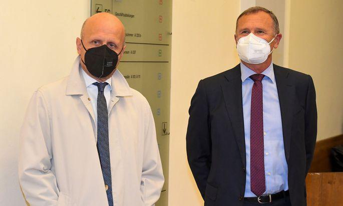 Der Angeklagte Richard Seeber (R.) und Rechtsanwalt Markus Orgler vor Beginn der Verhandlung.