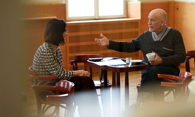 """""""Presse""""-Redakteurin Judith Hecht im Gespräch mit John Malkovich im Wiener Konzerthaus - bevor die strengen Maßnahmen zur Corona-Krise in Kraft gesetzt wurden."""
