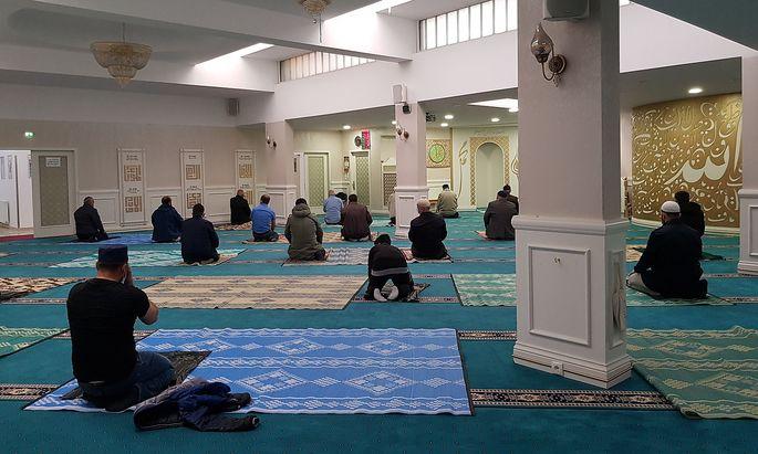 Mittagsgebet in der Aziziye Moschee in Wien.