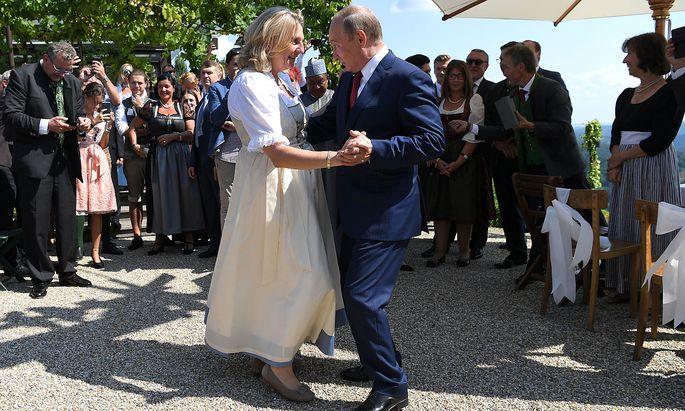 Der Tanz von Karin Kneissl und Wladimir Putin wurde weltweit Thema.