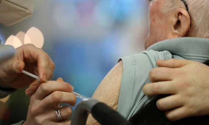 Covid-19-Impfung 07.01.2021, Erfurt, in einem Seniorenheim wird heute der Belegschaft und den Senioren die 1.Impfung mi